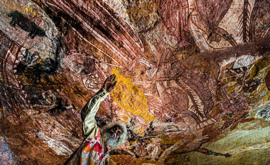 Thommo vor australischer Rock Art