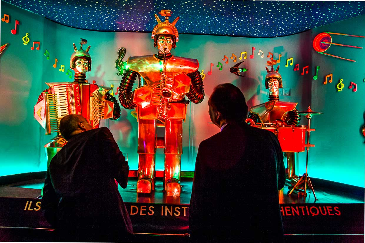 Robots Music is an art installation with real instruments